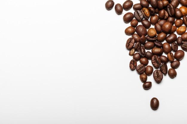Grains de café. isolé sur fond blanc Photo Premium