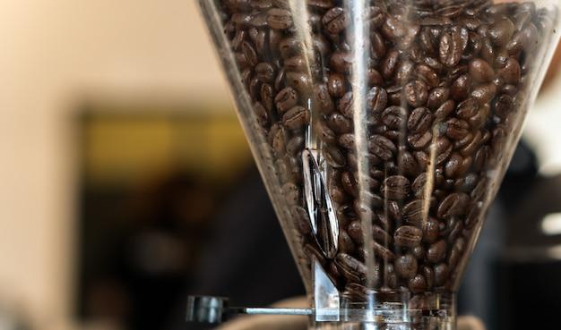 Grains De Café En Machine à Rôtir Pour Faire De La Poudre Photo Premium