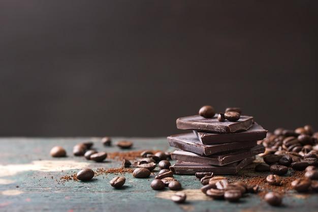 Les grains de café avec des morceaux de chocolat amer Photo gratuit