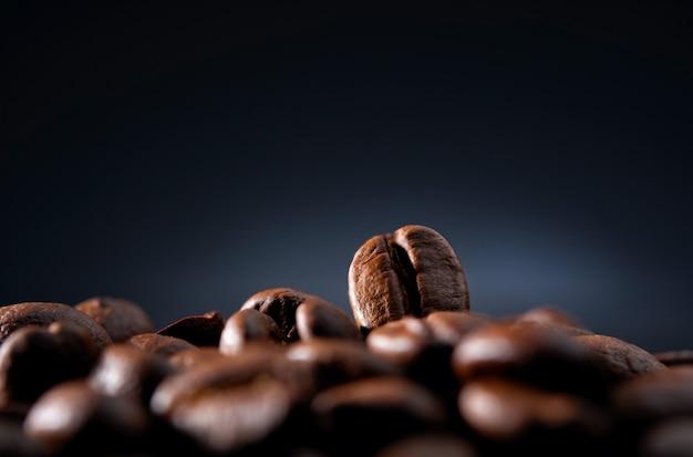 Grains De Café Sur Un Mur Bleu Foncé Photo Premium