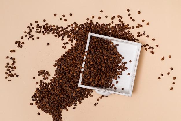 Grains de café et un plateau Photo gratuit