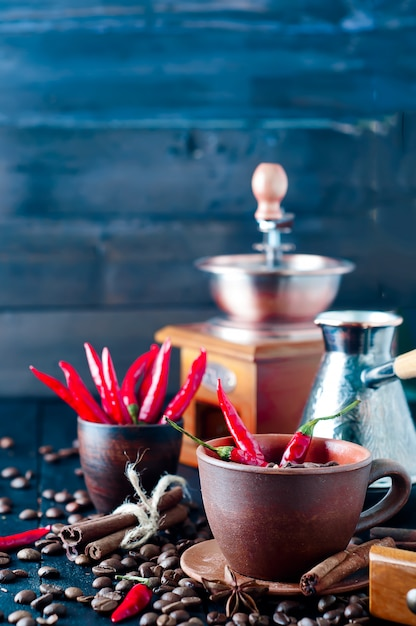 Grains de café et poivrons rouges Photo Premium