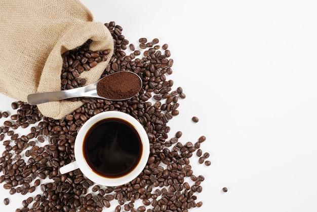 Grains de café rôtis et tasse à café Photo Premium