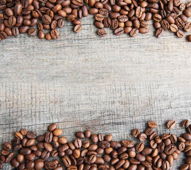 Grains de café sur une surface en bois Photo Premium