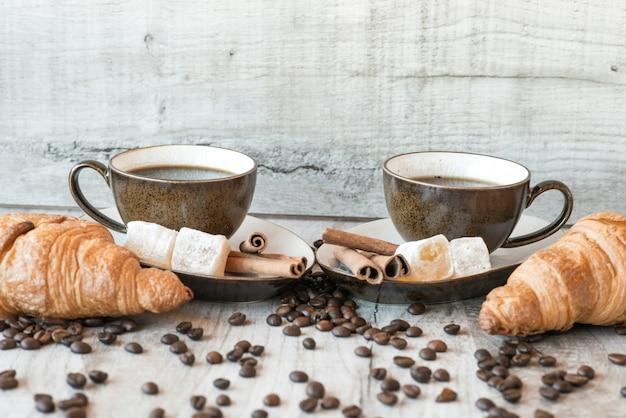 Grains De Café Sur Table En Bois Avec Des Bonbons Et Des Croissants Photo Premium