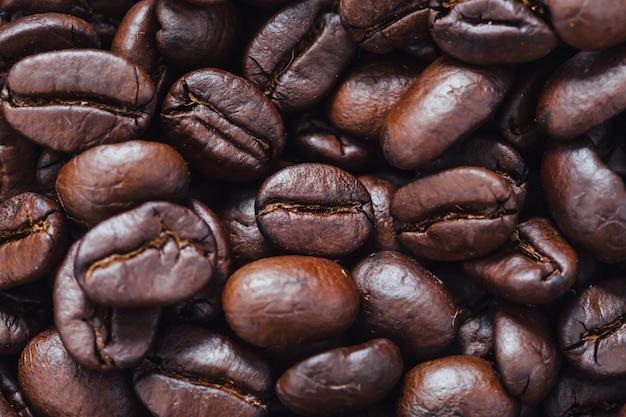 Grains de café sur la table en bois Photo Premium