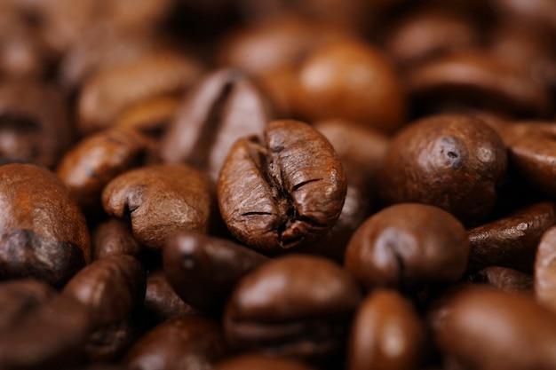 Grains de café torréfiés au premier plan Photo Premium
