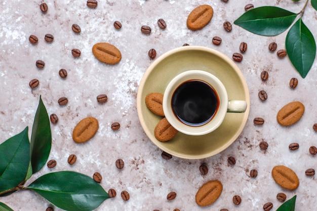 Grains De Café Torréfiés Et Biscuits En Forme De Grains De Café Photo gratuit