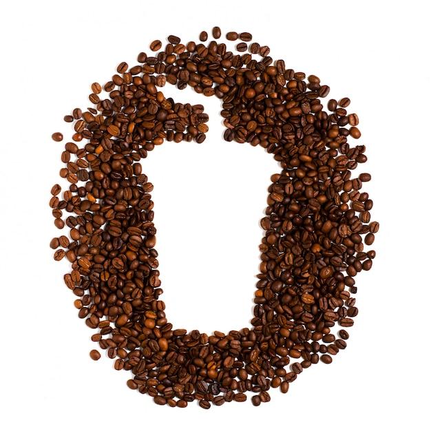 Grains de café torréfiés sur blanc. espace pour le texte en forme de tasse à café en plastique Photo Premium