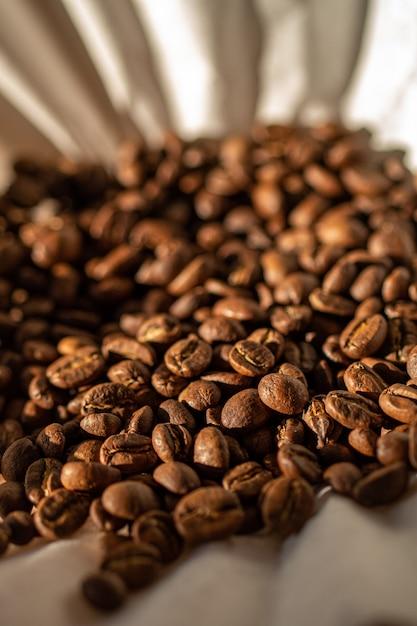 Grains de café torréfiés sur filtre à café en papier. Photo Premium