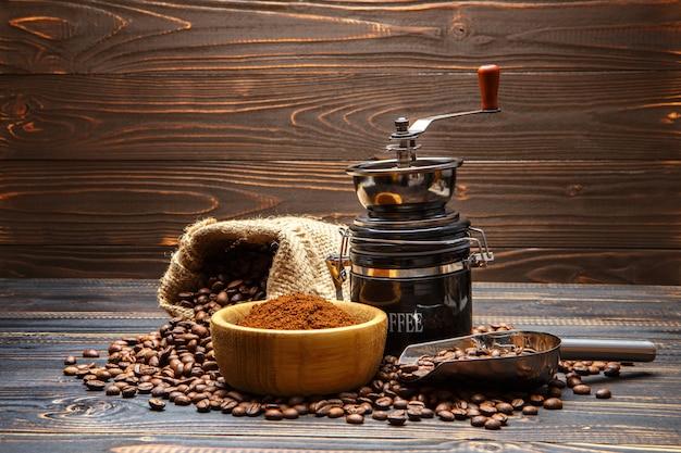 Grains De Café Torréfiés Sur Fond De Bois Photo Premium