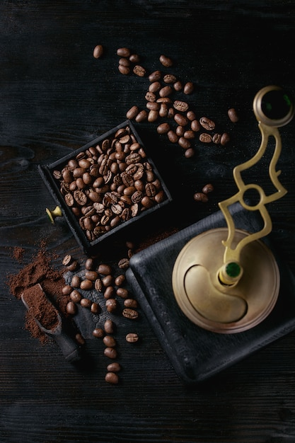 Grains de café torréfiés sur fond noir Photo Premium