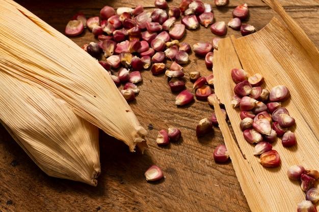 Grains de maïs rouge gros plan sur table Photo gratuit