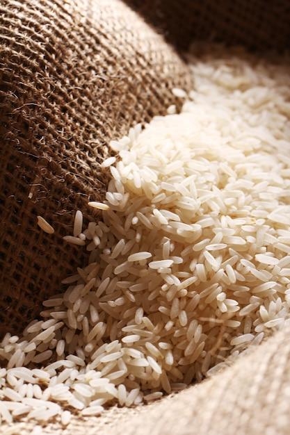 Grains De Riz Blanc Sur Toile De Sac Photo gratuit