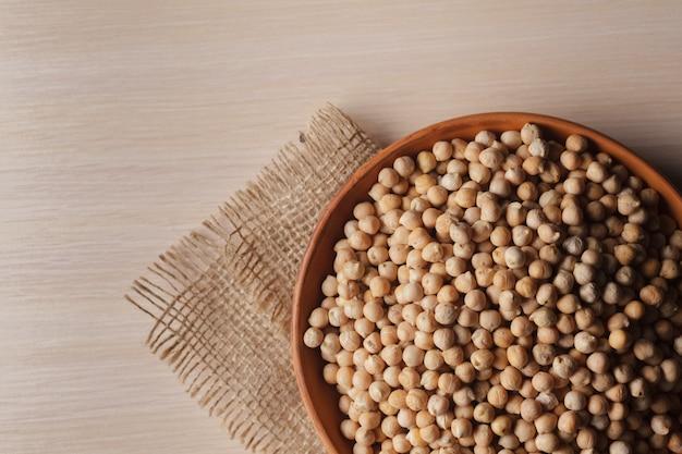 Grains de soja sur une table en bois Photo Premium