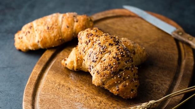 Grand angle de croissants sur le hachoir Photo gratuit