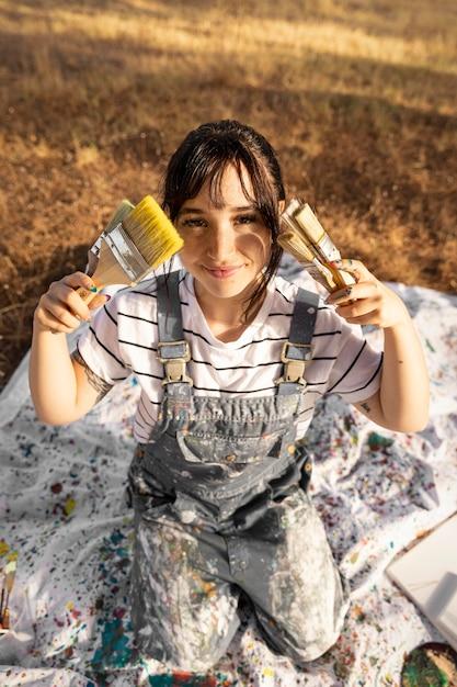 Grand Angle De Femme Peintre Avec Des Pinceaux Photo gratuit