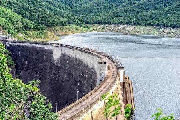 Grand barrage en béton. l'hydroélectricité est souvent utilisée conjointement pour générer de l'électricité. Photo Premium