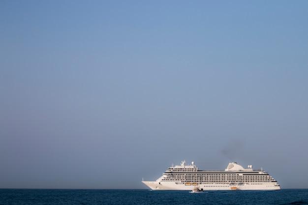 Grand bateau de croisière Photo Premium
