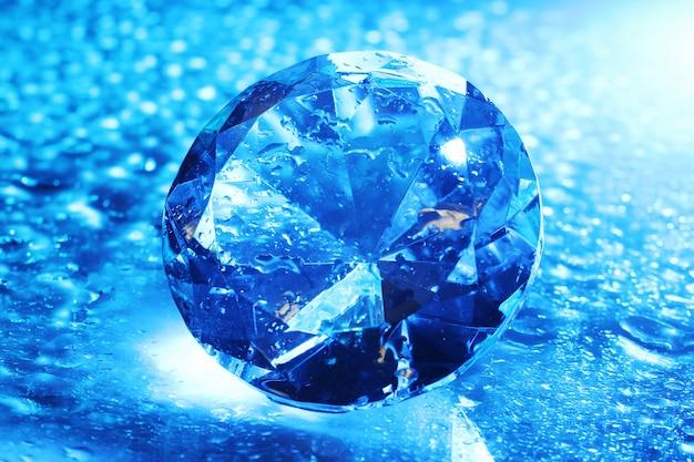 Grand Et Beau Bijou En Lumière Bleue Photo gratuit