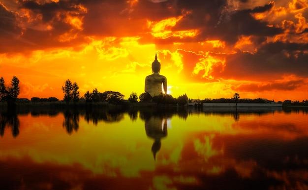 Le grand bouddha doré au lever du soleil à wat muang, ang thong, thaïlande Photo Premium