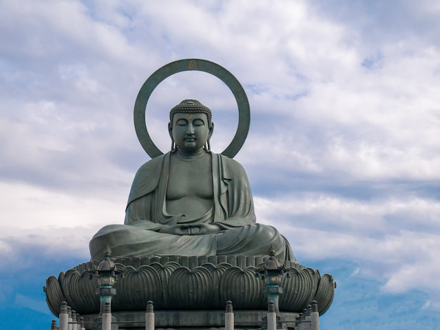 Grand Bouddha Takaoka Sur Ciel Bleu Avec Des Nuages Photo Premium