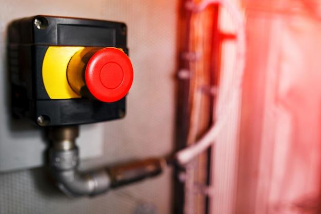Grand bouton d'urgence rouge ou bouton d'arrêt pour une pression manuelle. bouton stop pour équipement industriel, arrêt d'urgence. Photo Premium