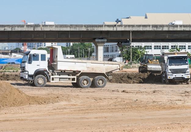 Grand camion travaille sur le chantier de construction. Photo Premium