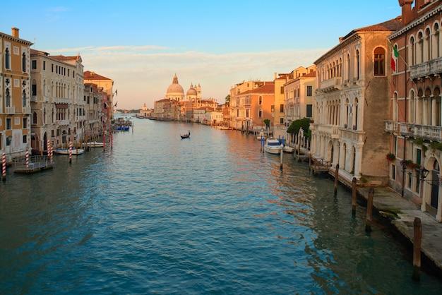Grand canal et basilique santa maria della salute à l'aube Photo Premium