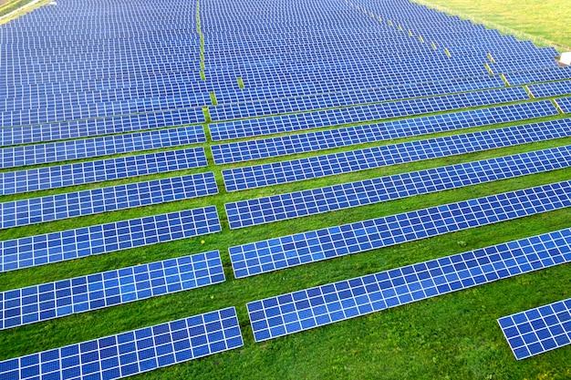 Grand champ de panneaux solaires Photo Premium