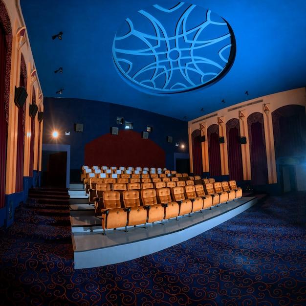 Grand Cinéma Avec Sièges De Cinéma Sur Chaise Vides. Photo Premium