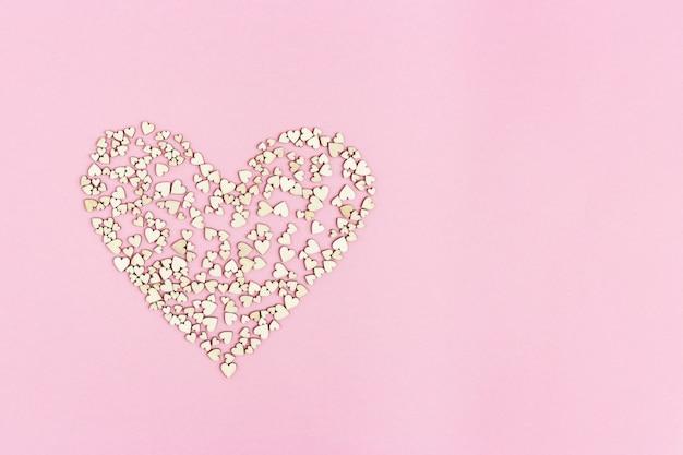 Le Grand Coeur Se Compose De Nombreux Petits Coeurs Sur Fond Rose Avec Un Espace De Copie Pour Le Texte Ou Les Félicitations. Concept D'amour Ou De Vacances. Photo Premium