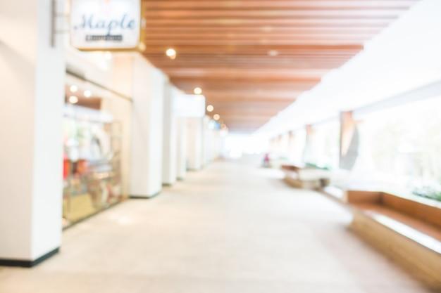 Grand couloir avec des vitrines et des sièges Photo gratuit