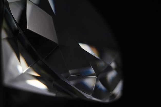 Grand diamant et plusieurs cristaux élégants sur une surface de miroir dégradée, miroitante et brillante Photo Premium
