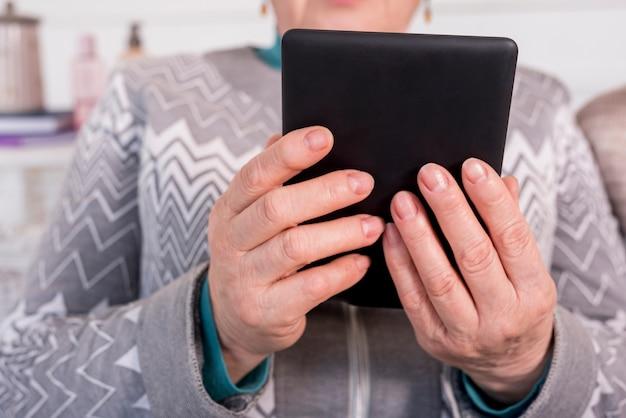 Grand-mère âgée lisant Photo gratuit