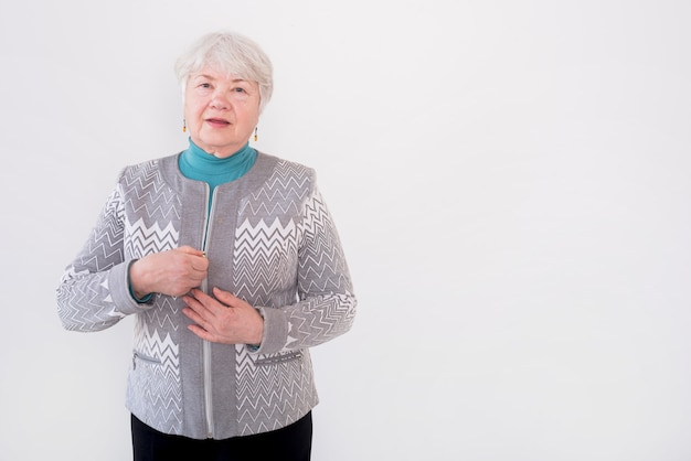 Grand-mère âgée Posant Photo gratuit
