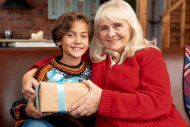 Grand-mère Heureuse Avec Petit-fils Photo gratuit