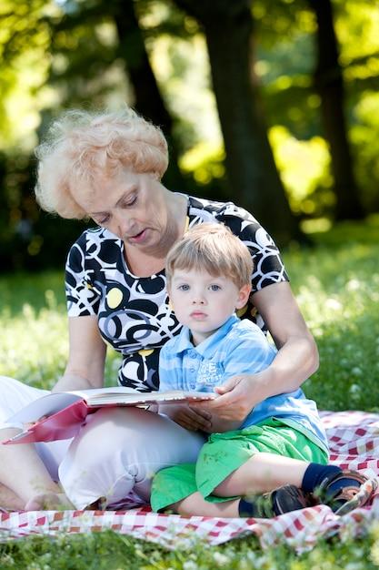 Grand-mère Lisant Le Livre à Son Petit-fils Photo gratuit