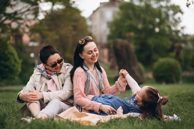 Grand-mère mère fille dans le parc pique-nique Photo gratuit