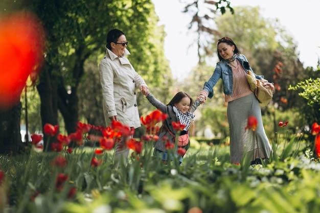 Grand-mère mère fille dans le parc Photo gratuit