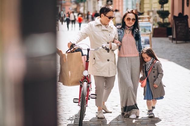 Grand-mère mère fille shopping Photo gratuit