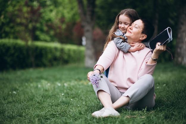 Grand-mère et petit-enfant dans le parc Photo gratuit