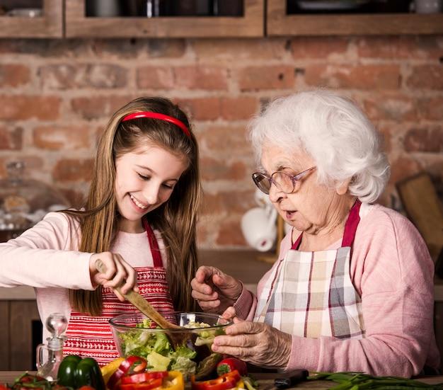 Grand-mère Et Petite-fille Cuisine Ensemble Photo Premium