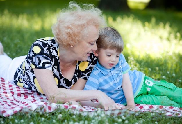 Grand-mère Avec Son Petit-fils Dans Le Parc Photo gratuit