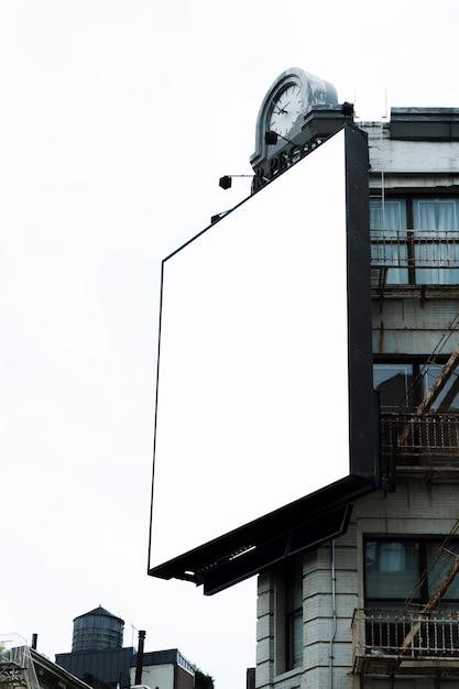 Grand modèle de panneau d'affichage sur la construction en ville Photo gratuit