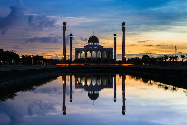 Grand monument de construction de mosquée centre dans la province de songkla en thaïlande fond Photo Premium