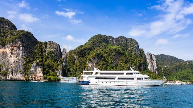 Grand navire de luxe de grande classe à louer touristique sur l'île de phi phi en thaïlande Photo Premium