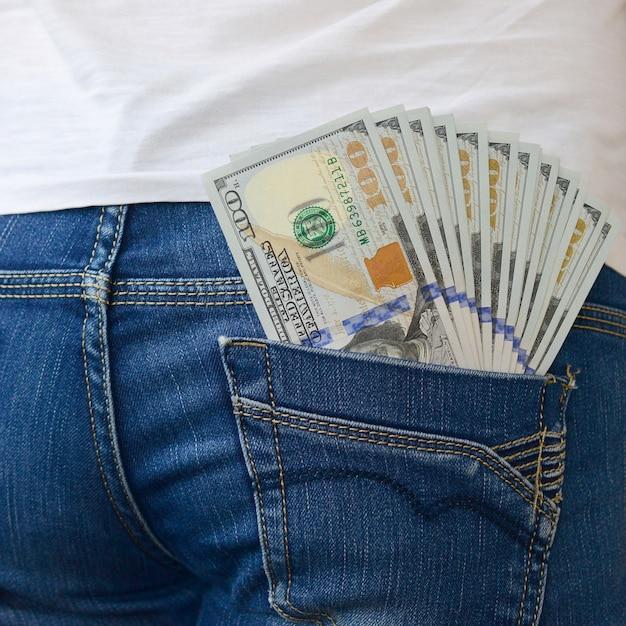 Un Grand Nombre De Billets D'un Dollar Se Trouve Dans La Poche Arrière Du Jean Des Filles Photo Premium