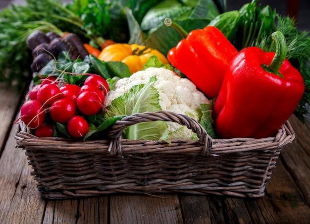 Grand panier avec différents légumes frais de la ferme. récolte Photo Premium