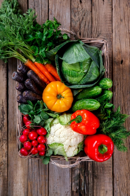 Grand panier avec différents légumes frais de la ferme Photo Premium